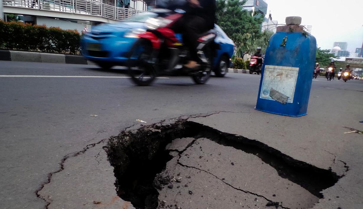 Sebuah lubang besar menganga di depan Wisma Bakrie di jalan HR Rasuna Said, Jakarta, (12/8/2014). (Liputan6.com/Faizal Fanani)