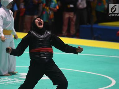 Pesilat Indonesia Pipiet Kamelia berselebrasi usai mengalahkan Thi Cam Nhi Nguyen dari Vietnam pada final nomor 60-65 kg putri pencak silat Asian Games 2018 di Padepokan Pencak Silat TMII, Jakarta, Rabu (29/8). (Merdeka.com/Imam Buhori)