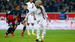 Striker Paris Saint-Germain, Neymar, mencetak gol ke gawang Lille pada laga Liga 1 Prancis di Stadion Metropole, Minggu (26/1/2020). Neymar persembahkan dua gol nya untuk legenda NBA Kobe Bryant. (AP/Michel Spingler)