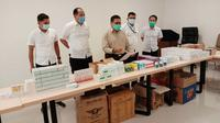 Direktur Reskrimsus Polda Riau dengan barang bukti kosmetik ilegal sitaan anggotanya. (Liputan6.com/M Syukur)