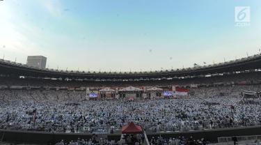 Suasana kampanye akbar pasangan capres-cawapres nomor urut 02 Prabowo Subianto - Sandiaga Uno memadati Stadion Utama Gelora Bung Karno (SUGBK), Senayan, Jakarta, Minggu (7/4/2019). Berbagai atribut kampanye dan bendera merah putih juga berkibar di SUGBK. (merdeka.com/Arie Basuki)