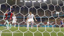 Pemain Prancis Karim Benzema mencetak gol ke gawang Swiss pada pertandingan babak 16 besar Euro 2020 di Stadion National Arena, Bucharest, Rumania, Selasa (29/6/2021). Swiss menyingkirkan Prancis usai menang 5-4 (3-3). (AP Photo/Vadim Ghirda)