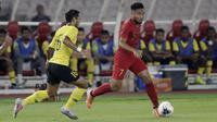 Gelandang Timnas Indonesia, Saddil Ramdani, berusaha melewati pemain Malaysia pada laga kualifikasi Piala Dunia 2022 di SUGBK, Jakarta, Kamis (5/9). Indonesia takluk 2-3 dari Malaysia. (Bola.com/M Iqbal Ichsan)