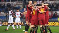 Para pemain AS Roma merayakan gol Daniele De Rossi saat melawan Torino pada laga Serie A antara Roma vs Torino di Olympic Stadium, Roma, (9/3/2018). Roma menang 3-0. (Alessandro Di Meo/ANSA via AP)
