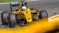 Pebalap Renault, Kevin Magnussen, menunggu keputusan FIA untuk bisa tampil di F1 GP Italia, Minggu (4/9/2016). (EPA/Stephanie Lecocq)