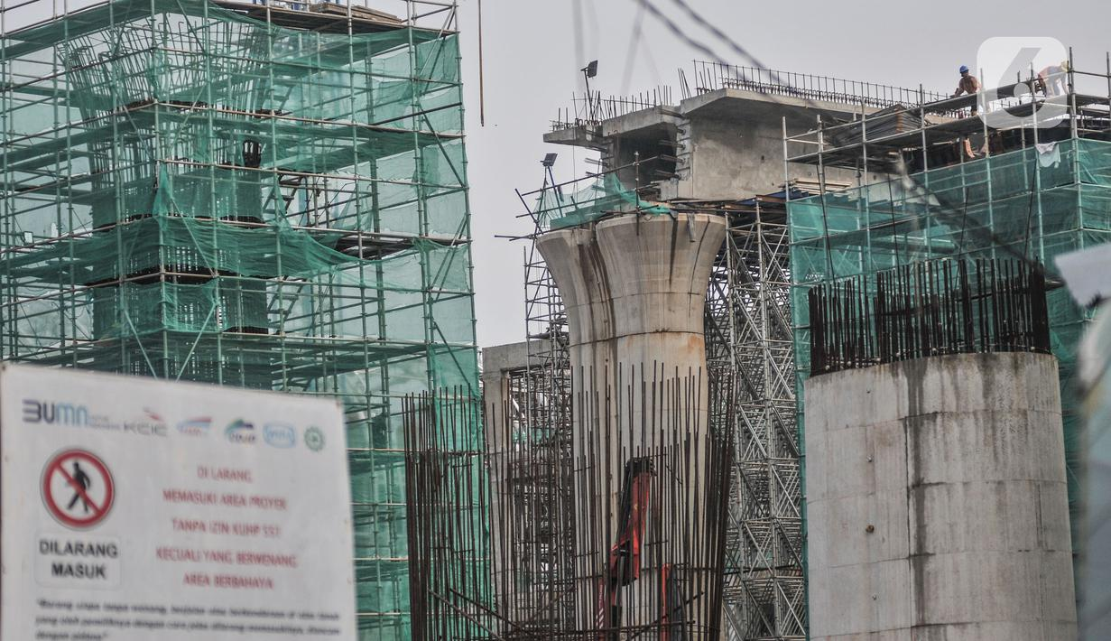 Aktivitas pekerja menyelesaikan proyek pembangunan Kereta Cepat Jakarta-Bandung (KCJB) di kawasan Halim, Makasar, Jakarta, Rabu (2/6/2021). Progres pembangunan konstruksi KCJB telah mencapai 73 persen dan ditargetkan masuk tahap uji coba operasional pada akhir 2022. (merdeka.com/Iqbal S Nugroho)