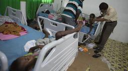 Anggota satuan tugas militer Indonesia memeriksa anak di rumah sakit setempat di Agats, Asmat, provinsi Papua Barat (26/1). (AFP/Bay Ismoyo)