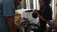 Kathinka Soumilena, peracik kopi Papua yang mengalahkan 11 barista dalam kompetisi brewing di Timika. (Liputan6.com/Katharina Janur)