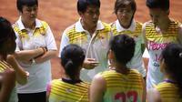Pelatih Surabaya Fever, Wellyanto Pribadi, sedang memberi instruksi kepada pemainnya. (Humas Surabaya Fever)