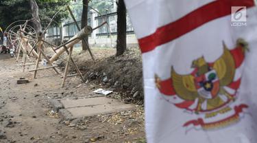 Pohon pinang untuk lomba memanjat dalam rangka menyemarakkan HUT Kemerdekaan RI yang dijual di kawasan Tanjung Barat, Jakarta, Kamis (8/8). Batang pinang tersebut dijual dengan harga mulai dari Rp 700.000. (Liputan6.com/Herman Zakharia)