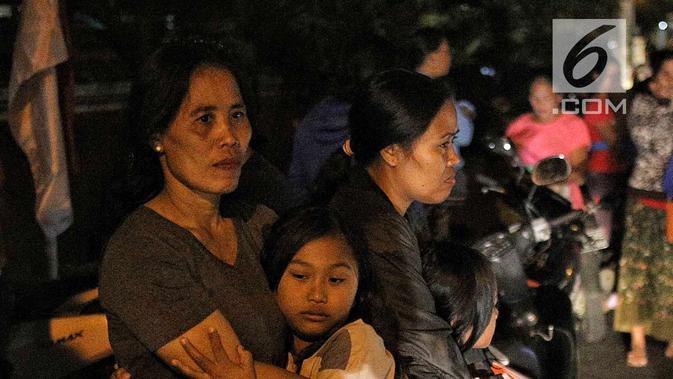 Warga berhamburan keluar rumah saat gempaberkekuatan 7 SR di Lombok dirasakan di kawasan Nusa Dua Bali, Minggu (5/8). Gempa mengguncang di kawasan Lombok Utara, Nusa Tenggara Barat (NTB). (Liputan6.com/Faizal Fanani)