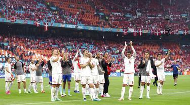 Para pemain Denmark melakukan selebrasi usai melawan Wales pada pertandingan babak 16 besar Euro 2020 di Johan Cruyff Arena, Amsterdam, Belanda, Sabtu (26/6/2021). Denmark menang 4-0. (Dekan Mouhtaropoulos/Pool via AP)