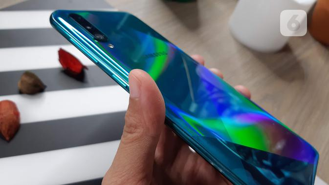Sisi samping Samsung Galaxy A50s (Liputan6.com/ Agustin Setyo W)