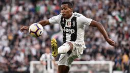 Bek Juventus, Alex Sandro, mengontrol bola saat melawan Fiorentina pada laga Serie A 2019 di Stadion Juventus, Sabtu (20/4). Juventus menang 2-1 atas Fiorentina. (AFP/Marco Bertorello)