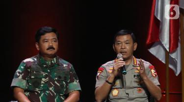 Kapolri Jenderal Pol Idham Aziz (kanan) memberikan paparan dalam diskusi panel VIII Rakornas Indonesia Maju antara Pemerintah Pusat dan Forum Koordinasi Pimpinan Daerah (Forkopimda) di Bogor, Jawa Barat, Rabu (13/11/2019). Panel VIII membahas stabilitas keamanan negara. (Liputan6.com/HermanZakharia)