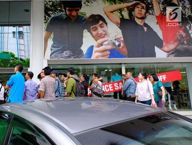 Sejumlah pengunjung mengantre untuk masuk pertokoan Lotus Department Store, Jl Thamrin, Jakarta, Rabu (25/10). Lotus menggelar diskon besar-besaran jelang penutupan pada akhir bulan ini. (Liputan6.com/Angga Yuniar)