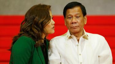 Presiden Filipina Rodrigo Duterte didampingi pasangannya, Honeylet Avancena, menunggu para pemimpin negara-negara anggota ASEAN yang akan menghadiri KTT ke-30 ASEAN di Manila, Filipina, Sabtu (29/4). (AP Photo / Bullit Marquez)