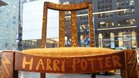 Kursi kayu yang dipakai JK Rowling saat menulis dua buku pertama Harry Potter dipajang di Heritage Auctions, New York, 4 April 2016. Kursi yang ditandatangani sang novelis itu dibuka dengan harga US$ 45 ribu (sekitar Rp 588,8 juta). (William EDWARDS/AFP)