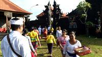 Umat Hindu menuju pura untuk sembahyang Hari Raya Galungan di Jimbaran, Bali, Rabu (5/4). Galungan dimaknai sebagai hari kemenangan Dharma (Kebaikan) melawan Adharma (Keburukan) yang dirayakan dengan persembahyangan di tiap Pura. (SONNY TUMBELAKA/AFP)