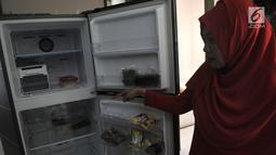 Penghuni memperlihatkan kondisi lemari es akibat pemadaman listrik di salah satu unit Apartemen Mediterania Palace, Jakarta, Rabu (31/7/2019). Sejumlah unit dan ruko mengalami mati listrik total meskipun penghuni sudah membayar biaya apartemen kepada pihak pengelola. (merdeka.com/Iqbal S. Nugroho)