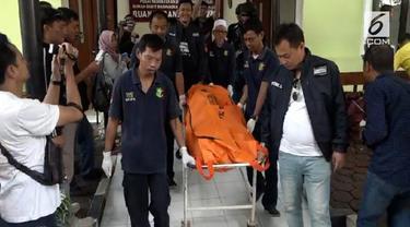 Seorang penumpang wanita disekap dan hampir diperkosa di dalam taksi online yang dipesannya. Polisi berhasil menangkap dan menembak mati driver yang juga otak pelaku perampokan tersebut.