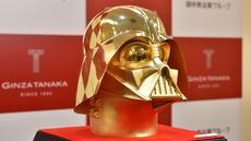 Sebuah topeng pelaku film Star Wars, Darth Vader, dari emas murni akan dijual dengan harga 154 juta yen atau sekitar Rp.19,5 miliar di Ginza Tokyo Jepang, Selasa (25/4). (AFP Photo/Kazuhiro NOGI)