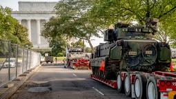 Dua kendaraan pengangkut lapis baja Bradley terparkir dekat Lincoln Memorial di Washington, Rabu (3/7/2019). Presiden Donald Trump berencana memamerkan Tank-tank tempur sebagai bagian dari perayaan Hari Kemerdekaan AS yang dikenal sebagai Fourth of July. (AP/ Andrew Harnik)
