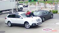 Seorang wanita nekat melompat ke atas kap mesin untuk menghentikan pencuri mobilnya.