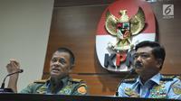 Panglima TNI Jenderal TNI Gatot Nurmantyo (kiri) bersama KSAU Marsekal TNI Hadi Tjahjanto memberikan konferensi pers kasus dugaan korupsi pembelian Helikopter Agusta Westland (AW) 101 di Gedung KPK, Jakarta, Jumat (26/5). (Liputan6.com/Helmi Afandi)