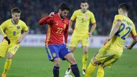 Gelandang Spanyol, Isco, beraksi pada laga persahabatan melawan Rumania di Cluj Arena, Cluj, Minggu (27/3/2016). (Reuters/Octav Ganea)