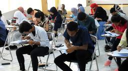 Peserta mengisi soal SBMPTN 2018 di Kampus Universitas Islam Negeri (UIN) Syarif Hidayatullah, Tangerang Selatan, Selasa (8/5). Dari jumlah peserta yang mengikuti ujian hari ini, 29.175 peserta ujian Saintek. (Merdeka.com/Arie Basuki)
