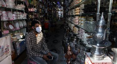 Seorang penjaga toko menunggu pelanggan di sebuah pasar di Kota Anantnag, sekitar 60 kilometer sebelah selatan Kota Srinagar, ibu kota musim panas Kashmir yang dikuasai India, pada 17 Agustus 2020. (Xinhua/Javed Dar)