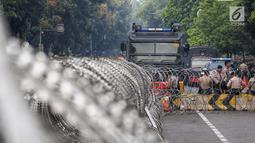 Mobil barakuda diterjunkan menjelang sidang perdana MK Pemilu 2019 di halaman depan Gedung Mahkamah Konstitusi, Jakarta, Jumat, (14/6/2019). Sekitar 30 ribu pesonil gabungan diterjunkan untuk mengawal jalannya sidang dengan menerapkan skema pengamanan empat lapis. (Liputan6.com/Johan Tallo)