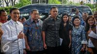 Ki-ka: Edhie Baskoro Yudhoyono, SBY, Agus Harimurti Yudhoyono, Annisa Pohan dan Ani Yudhoyono berpose saat tiba di Wisma Proklamasi, Jakarta, Jumat (23/9). (Liputan6.com/Faizal Fanani)
