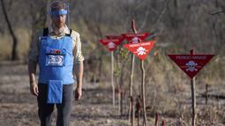 Pangeran Harry berjalan di tengah-tengah ladang ranjaudi Dirico , Angola, 27 September 2019. Ladang ini dibersihkan oleh Halo Trust, badan amal Inggris yang bertujuan menghilangkan puing-puing yang ditinggalkan oleh perang, khususnya ranjau darat. (Dominic Lipinski/Pool via AP)