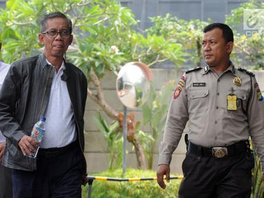 Kepala KPP Pratama Ambon La Masikamba (tengah) tiba di Gedung KPK, Jakarta, Kamis (4/10). La Masikamba terlihat mengenakan jaket hitam saat akan menjalani pemeriksan penyidik KPK. (Merdeka.com/Dwi Narwoko)
