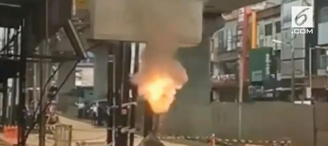 Habel Galian PLN di Jalan Panglima Polim Raya Jaksel terbakar disertai letupan, kondisi ini membuat warga di sekitar lokasi resah
