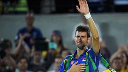 Novak Djokovic menangis usai kalah dalam pertandingan tenis nomor tunggal putra Olimpiade Rio 2016, Olympic Tennis Centre-CC, Rio De Janeiro,Brasil, (8/8).Djokovic kalah dari petenis Argentina Juan Martin Del Potro. (REUTERS / Toby Melville)