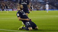 Selebrasi penyerang Real Madrid, karim benzema usai menciptakan gol pertama bagi Real Madrid pada laga lanjutan pekan ke-12 La Liga 2018/19, Senin (12/11) yang berlangsung di stadion Balaidos, Spanyol. Celta Vigo tumbang 2-4. (AFP/Miguel Riopa)