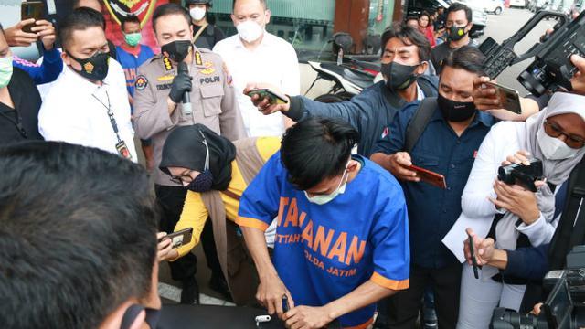 Anggota Unit III Jatanras Ditreskrimum Polda Jatim meringkus dua pelaku spesialis bobol rumah. (Foto: Dok Istimewa)