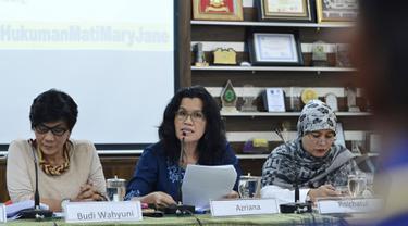 Ketua Komnas Perempuan Azriana (tengah) memberikan pemaparan saat menghadiri konferensi pers terkait hukuman mati di Jakarta, Jumat (24/4/2015). Mereka meminta kepada pemerintah agar membatalkan hukuman mati terhadap Mary Jane. (Liputan6.com/JohanTallo)