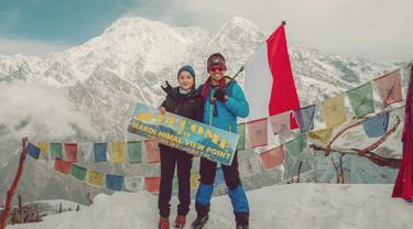 Usai beberapa waktu lalu mengunggah momen ia liburan ala backpaker di Nepal. Kini Nikita Willy tak menyia-nyiakan kesempatan untuk mendaki pegunungan Himalaya bersama teman-temannya. (Liputan6.com/IG/@nikitawillyofficial94)
