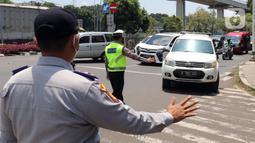 Polisi memberhentikan kendaraan saat pengendalian mobilitas ganjil genap untuk pengunjung TMII di Jalan Pintu 1 TMII, Jakarta, Sabtu (18/9/2021). Pembatasan mobilitas pada TMII dan Taman Impian Jaya Ancol dilakukan pada hari Jumat-Minggu mulai pukul 12.00-18.00 WIB. (Liputan6.com/Herman Zakharia)