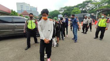 Polisi mengamankan sejumlah pelajar di Tangerang yang hendak ke Jakarta untuk mengikuti demo penolakan RUU Cipta Kerja
