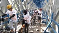 Komunitas Sepeda Bandung tengah menikmati Touring sepeda ria bersama PT KAI Daop 2 Bandung di Jembatan Cirahong, Tasikmalaya (Liputan6.com/Jayadi Supriadin)