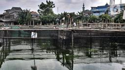 Warga saat melakukan perawatan rutin di keramba lele di Situ Rawa Badung, Cakung, Jakarta, Senin (15/2/2021). Para pemilik keramba lele di Situ Rawa Badung ialah mereka yang terdampak pengurangan pekerja akibat Covid-19. (merdeka.com/Iqbal S Nugroho)