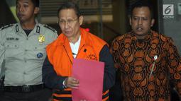 Pemilik PT Fajar Mulia Trasindo, Pieko Nyotosetiadi dikawal petugas usai menjalani pemeriksaan pasca OTT di Gedung KPK, Jakarta, Rabu (4/9/2019). Pieko Nyotosetiadi ditahan karena memberikan suap Direktur Utama PTPN III (Persero), Dolly Pulungan sebesar Sin$345 ribu. (merdeka.com/Dwi Narwoko)