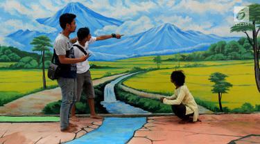 Sejumlah warga berpose dekat lukisan tiga dimensi atau 3D pemandangan pegunungan di Jalan Husada, Pamulang, Tangerang Selatan, Selasa (27/3). Lukisan 3D ini dibuat warga untuk mengekspresikan keindahan serta tempat berswafoto. (Merdeka.com/Arie Basuki)