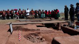 Pendeta Aymara berdoa sebelum dimulainya penggalian bejana pra-Hispanik di Kuil Kalasasaya, Tiwanaku, Bolivia, Rabu (18/9/2019). Bejana ditemukan dalam penggalian situs yang pernah menjadi rumah bagi salah satu kerajaan pra-Hispanik paling penting, Tiwanacota. (AP Photo/Juan Karita)
