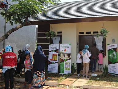 Sejumlah warga melihat bangunan rumah DP 0 Rupiah di Pesona Rorotan, Cilincing, Jakarta Utara, Jumat (2/3). PT Nusa Kirana selaku pengembang proyek DP 0 Rupiah di Rorotan, mematok harga sebesar Rp 350 juta per unit. (Liputan6.com/Arya Manggala)